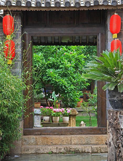 vivid eingang zum garten in lijiang, china - ein topf wunder stock-fotos und bilder