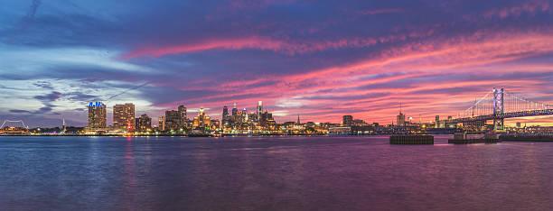 coucher de soleil vif sur l'horizon de philadelphie - rivière delaware photos et images de collection