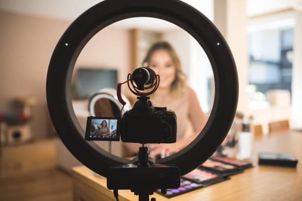 vlogger maquillant - génération z photos et images de collection