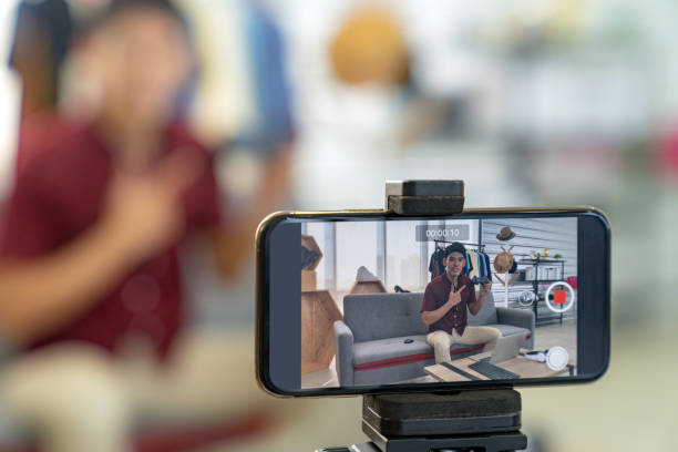 vlogger live review joystick gaming  product - video call foto e immagini stock