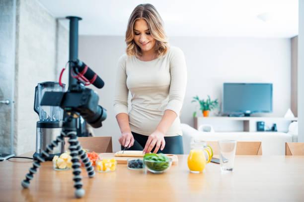 vloggerin vorbereitung einen smoothie - promi zuhause stock-fotos und bilder