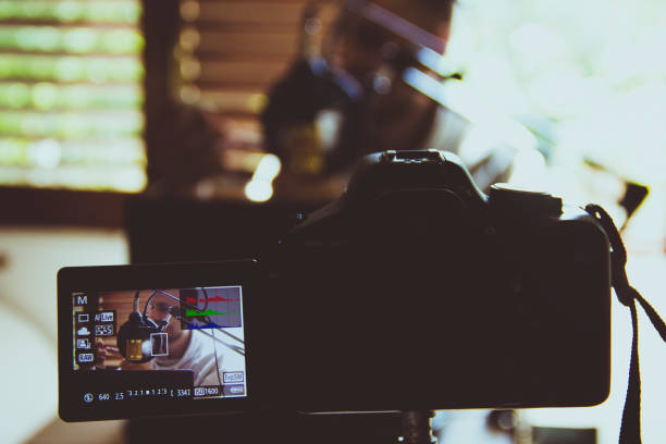 vloggerin aufnahme ein vlog - maus video stock-fotos und bilder