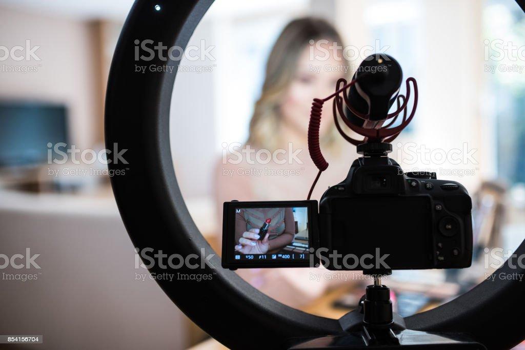 Vlogger revisar productos de maquillaje - foto de stock