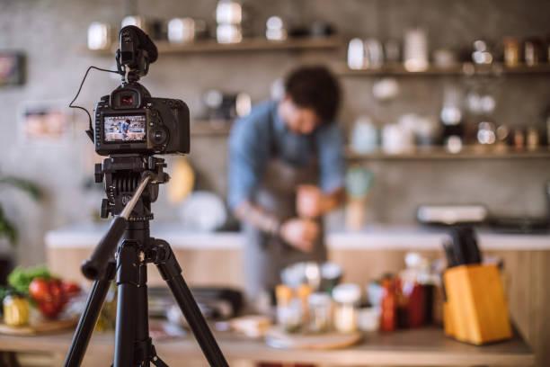 vlogs über die zubereitung von speisen - tattoo maker online stock-fotos und bilder