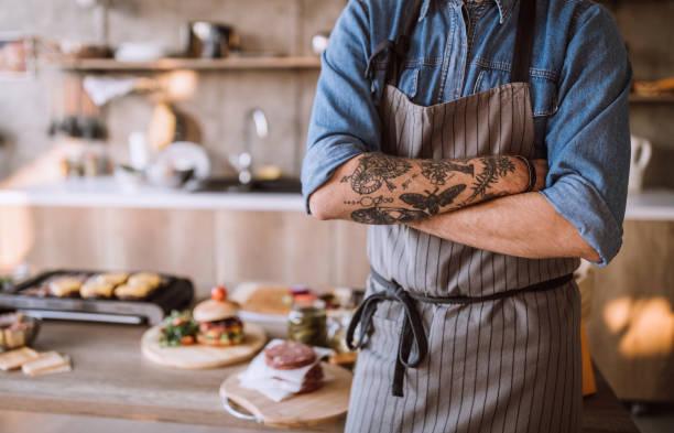 vlogs über die zubereitung von speisen - essen tattoos stock-fotos und bilder