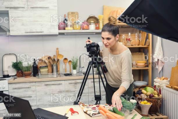 Vlogging I Köket-foton och fler bilder på 25-29 år