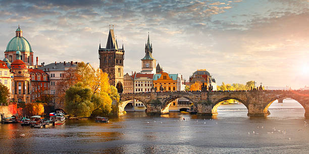 vltava river and charles bridge in prague - tsjechië stockfoto's en -beelden