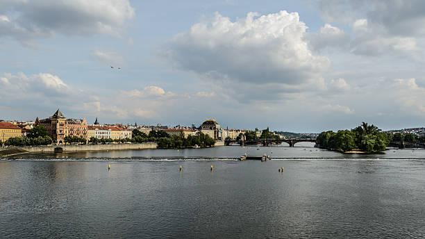 Rio Vltava em Praga - foto de acervo