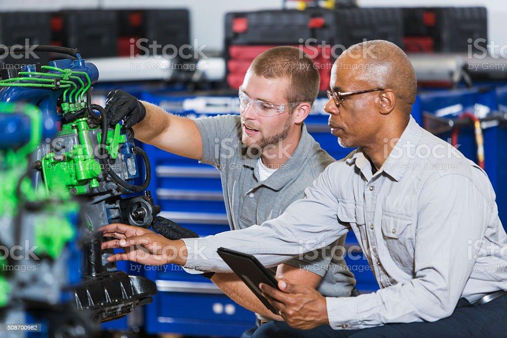 Berufliche Klasse lernen zu reparieren diesel-Motor – Foto