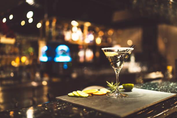 Vodka Martini Cocktail auf einer Theke in einer Bar – Foto