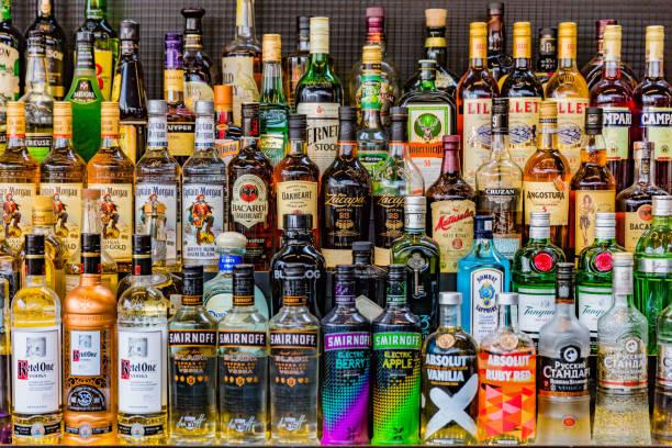 i̇çecekler şişe votka rhum cin alkol içkiler kumanya - i̇çki stok fotoğraflar ve resimler