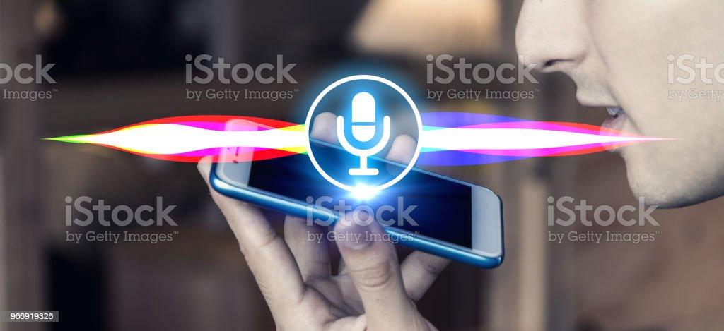 Reconhecimento de voz com o telefone inteligente. - foto de acervo