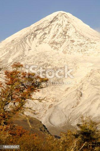 Volcán Lanin, es limite natural entre la frontera de argentina y chile. Ideal para la practica del andinismo, la escalada en hielo y el ski de travesía.