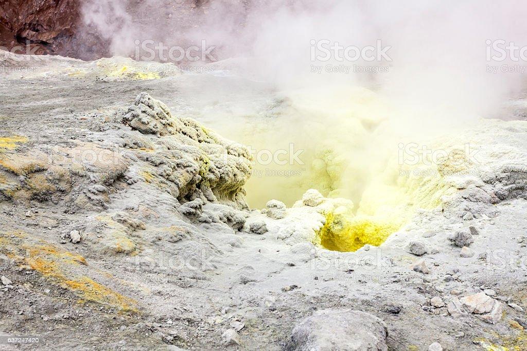 fumarolas volcánicas. Volcán activo Mutnovsky, Kamchatka, Rusia - foto de stock