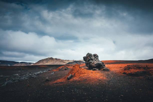vulkanische landschap in ijsland - vulkaanlandschap stockfoto's en -beelden