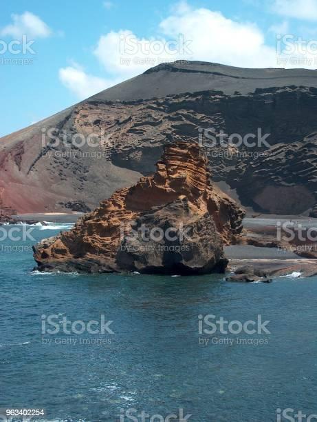 Skała Wulkaniczna W Oceanie - zdjęcia stockowe i więcej obrazów Bez ludzi