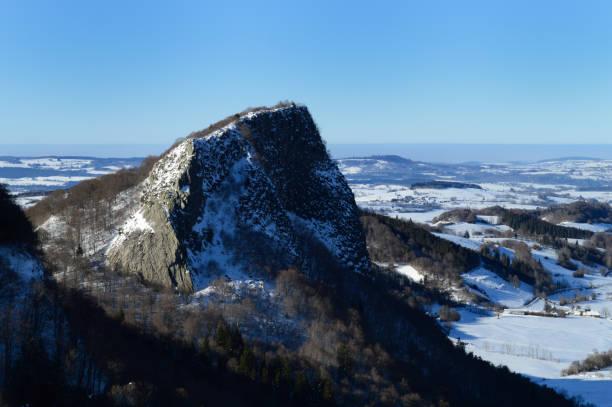 roche volcanique - chaine des puys photos et images de collection