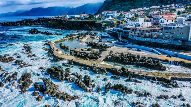 vulkanische felsenbecken von porto moniz, madeira insel, portugal - andreas haas stock-fotos und bilder