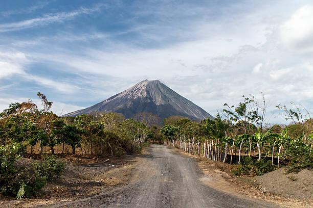 vulkan concepcion blick in ometepe, nicaragua - nicaragua stock-fotos und bilder