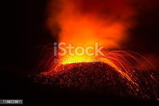 Éruption du volcan du piton de la fournaise à la Réunion, fontaines de lave