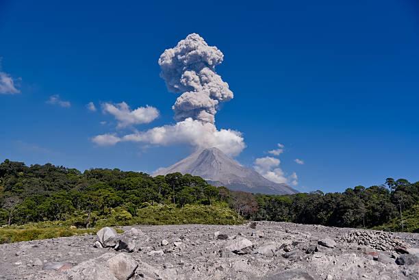volcán de colima. - vulkaanlandschap stockfoto's en -beelden