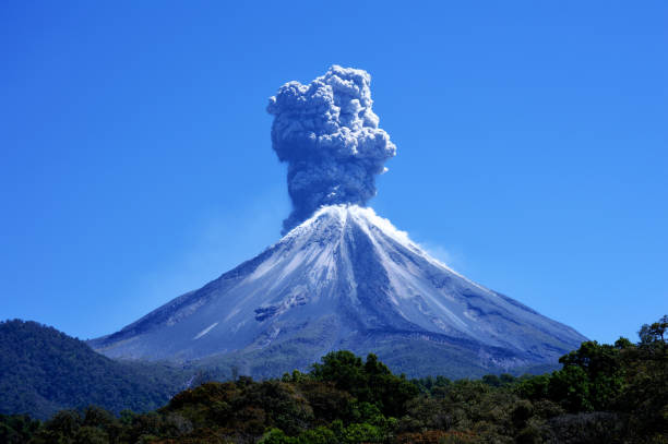 volcán de fuego aventando fumarola - wulkan czynny zdjęcia i obrazy z banku zdjęć