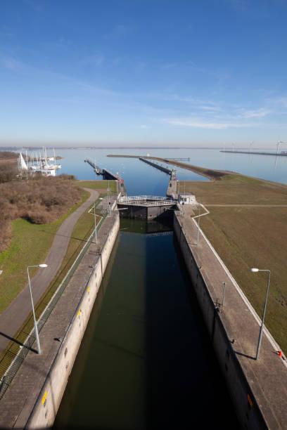 Volkerak water sloten, onderdeel van de Nederlandse Delta werken en de grootste binnenvaart sluizen in Europa foto