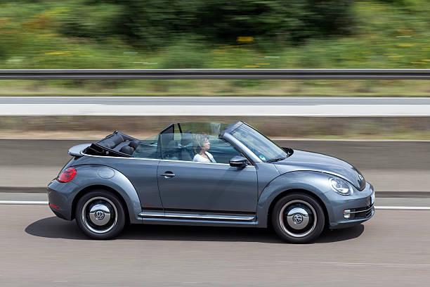 Volkswagen Beetle Convertible on the road – Foto