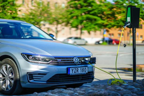 volkswagen elbils avgift på parkeringsplats lindholmen - elbilar laddning sverige bildbanksfoton och bilder