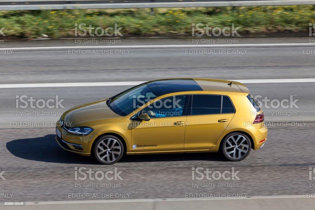 Volkswagen Golf auf der Straße Lizenzfreies stock-foto