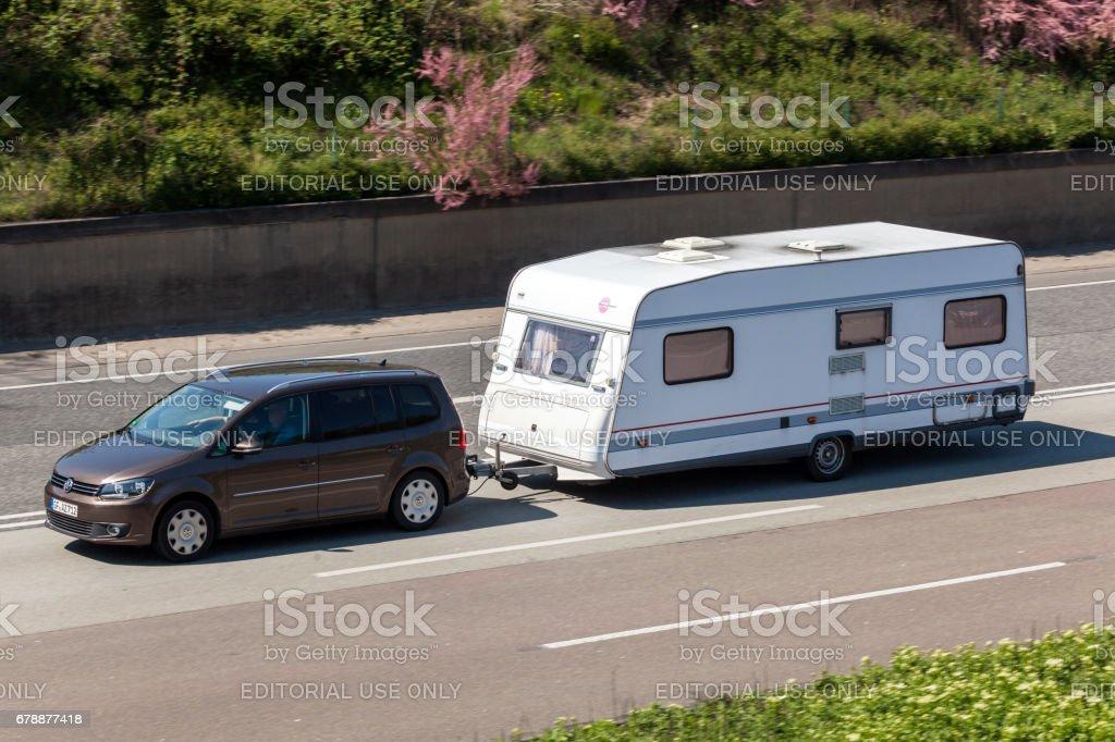 Volkswagen Touran remorquer une caravane photo libre de droits