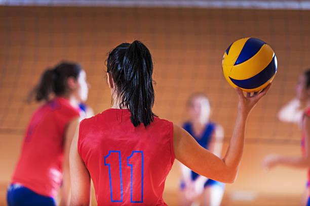 バレーボール選手がボールをご用意。 - バレーボール ストックフォトと画像
