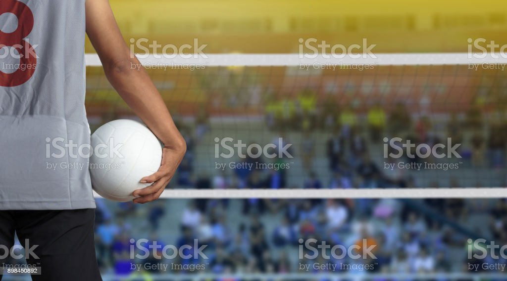 Jugador de voleibol con la bola en la cancha de voleibol - foto de stock