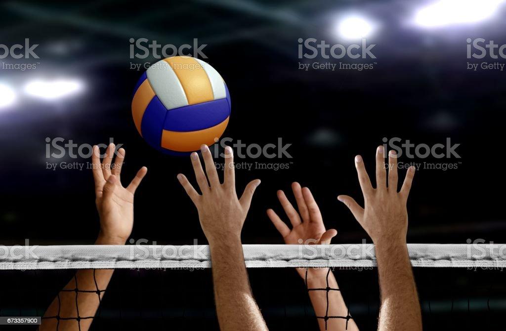 Bloque de la mano de spike del voleibol en la red - foto de stock