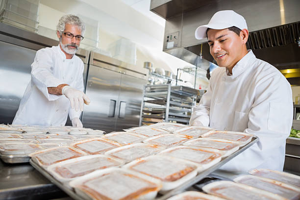 voluntário chefs preparando refeições para alimentos congelados banco - comida congelada - fotografias e filmes do acervo