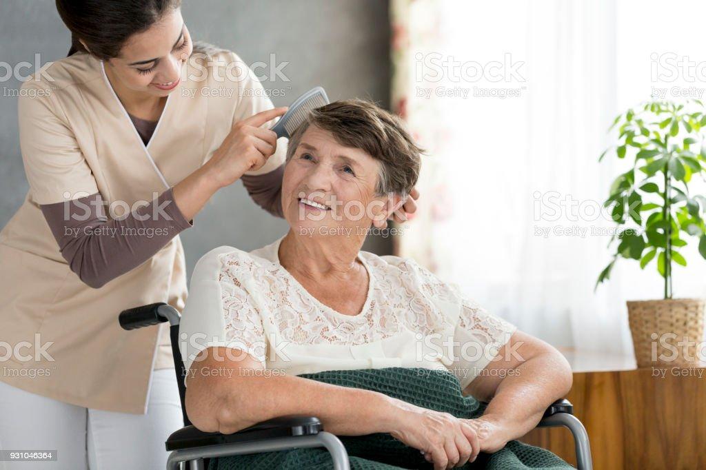 Voluntarios de pelo Peinado odler patient - foto de stock