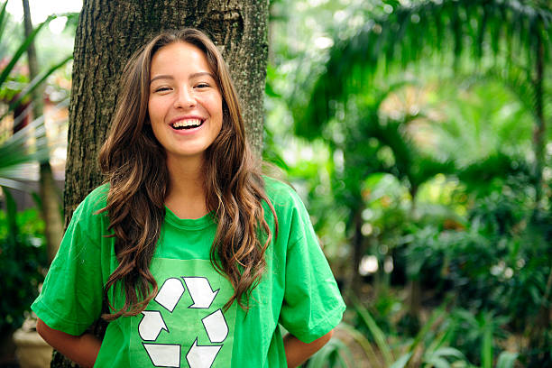 Voluntarios: Ecologista usando camiseta de reciclaje - foto de stock