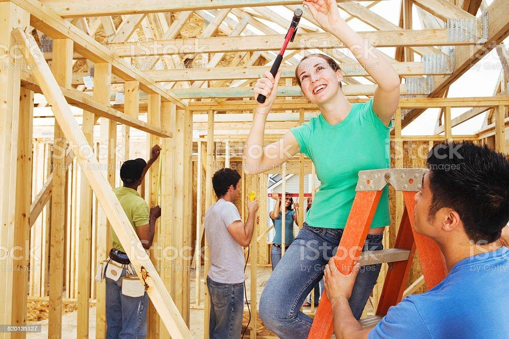 Gruppe von Freiwilligen arbeitet an neuen home-Konstruktion – Foto