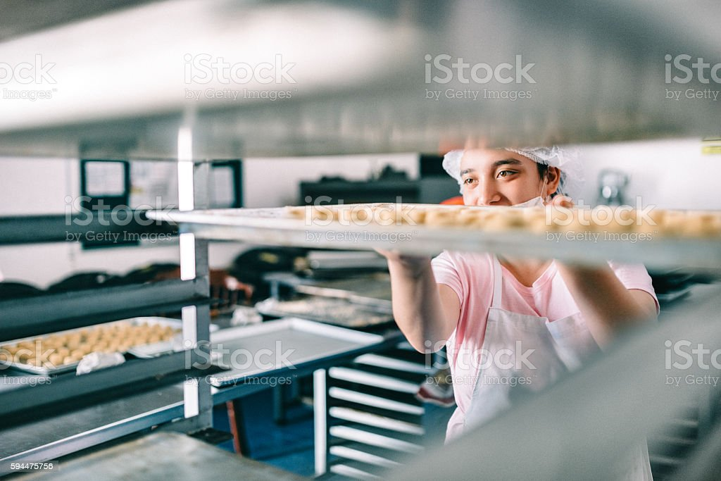 Volunteer with intelectual disability working at Bakery Workshop – Foto