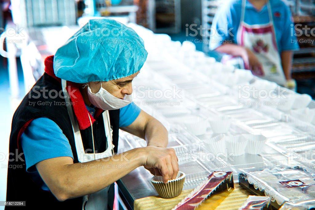 Volunteer mit intelectual Zimmer arbeiten im Bakery Werkstatt – Foto