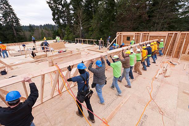 Freiwillige Frauen und Kinder bauen homeless shelter – Foto