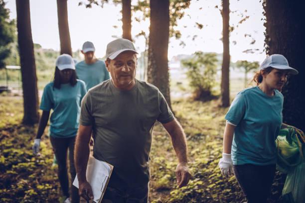 volontari che vanno a pulire insieme - ambientalista foto e immagini stock