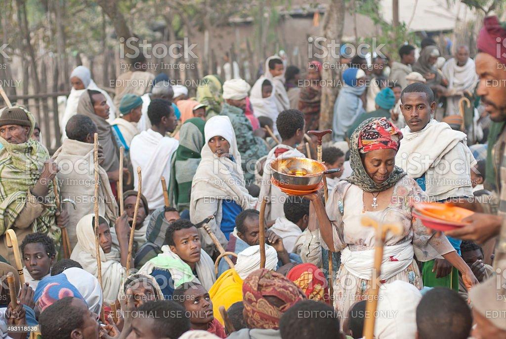 Voluntarios distribuir alimentos después de la celebración de Navidad, Lalibela, Etiopía. - foto de stock