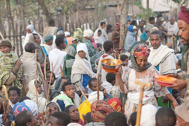voluntarios distribuir alimentos después de la celebración de navidad, lalibela, etiopía. - ayuda humanitaria fotografías e imágenes de stock