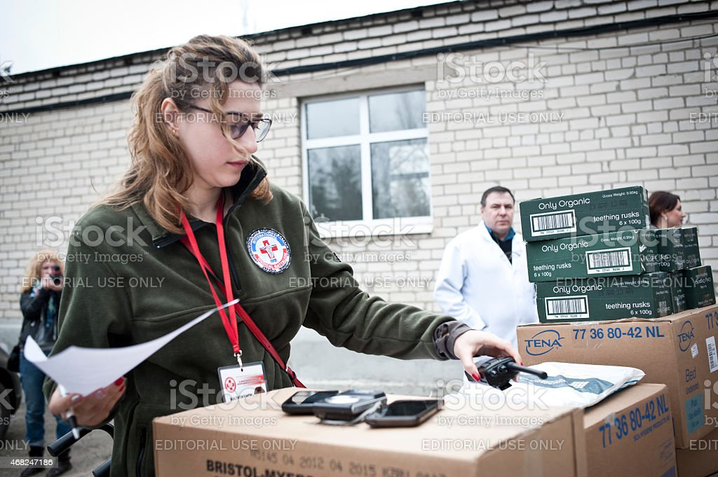Voluntarios en Sievierodonetsk - foto de stock