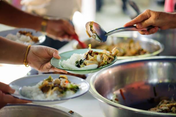Freiwillige mit Küche für die Armen: Food sharing-Konzept – Foto