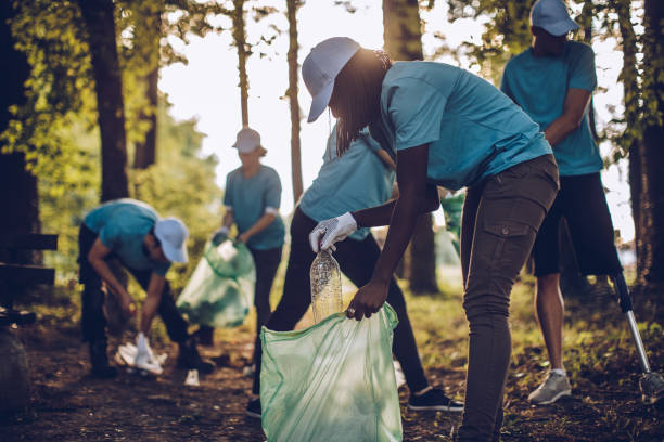 volunteers with garbage bags - living a sustainable lifestyle stock pictures, royalty-free photos & images