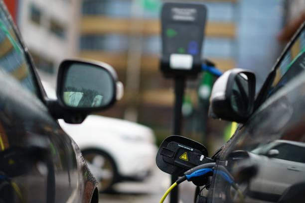 volvo electric bil parkerad på parkeringen i industri området nära hamnen - elbilar laddning sverige bildbanksfoton och bilder