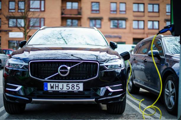 volvo s90 och vw passat ny generation hybrid el bils laddning på goteborg street car park - elbilar laddning sverige bildbanksfoton och bilder