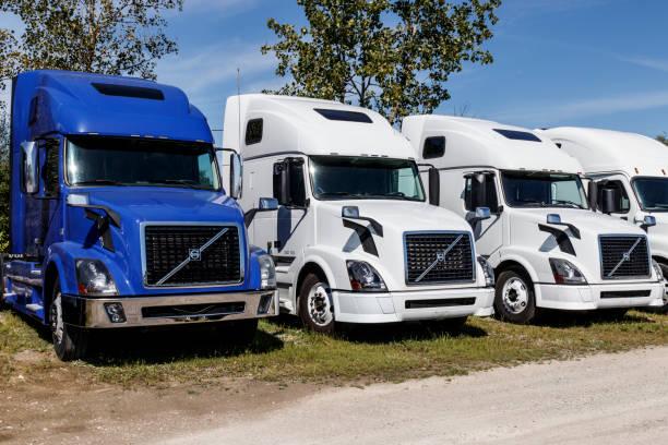 volvo semi traktor trailer trucks uppradade till salu. volvo är en av de största lastbils tillverkarna i - volvo bildbanksfoton och bilder